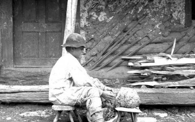 Baru-pregatirea-lutului-pentru-oale-foto-Romulus-Vuia-1923