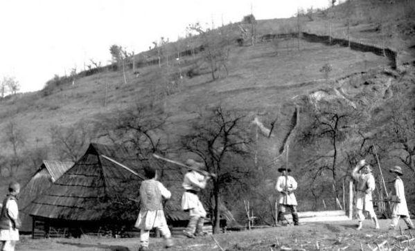 Densus-Poieni-joc-cu-surduca-foto-Romulus-Vuia-1923