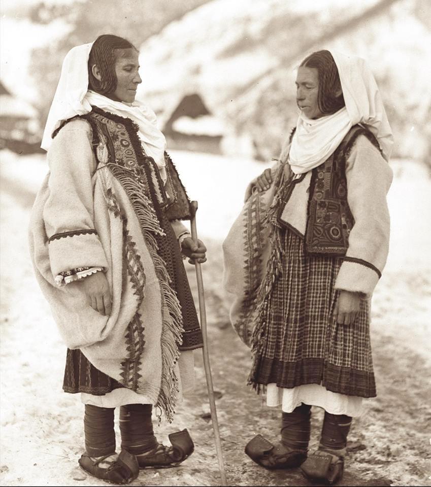 Lunca-Cernii-de-Jos-port-tradițional-de-iarnă-foto-DG-1931-arhiva-MET