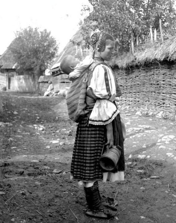 Rau-de-Mori-fata-tanara-din-Clopotiva-1923-foto-Romulus-Vuia