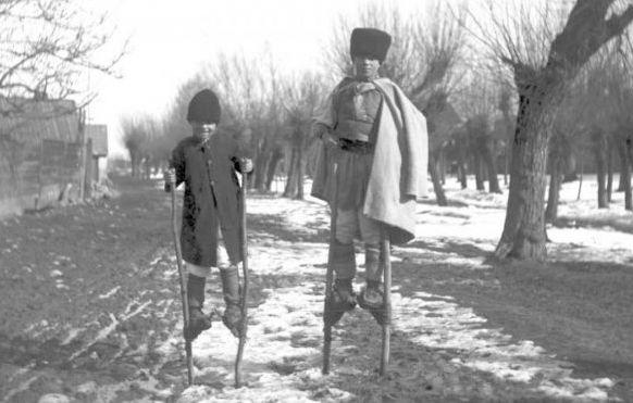 Totesti-Carnesti-baieti-cu-picioroange-foto-Romolus-Vuia-1923
